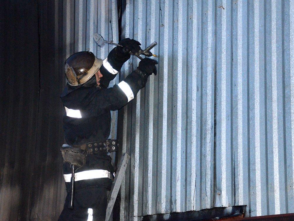 В Николаеве спасатели тушили масштабный пожар в помещении шиномонтажа, - ФОТО, фото-6