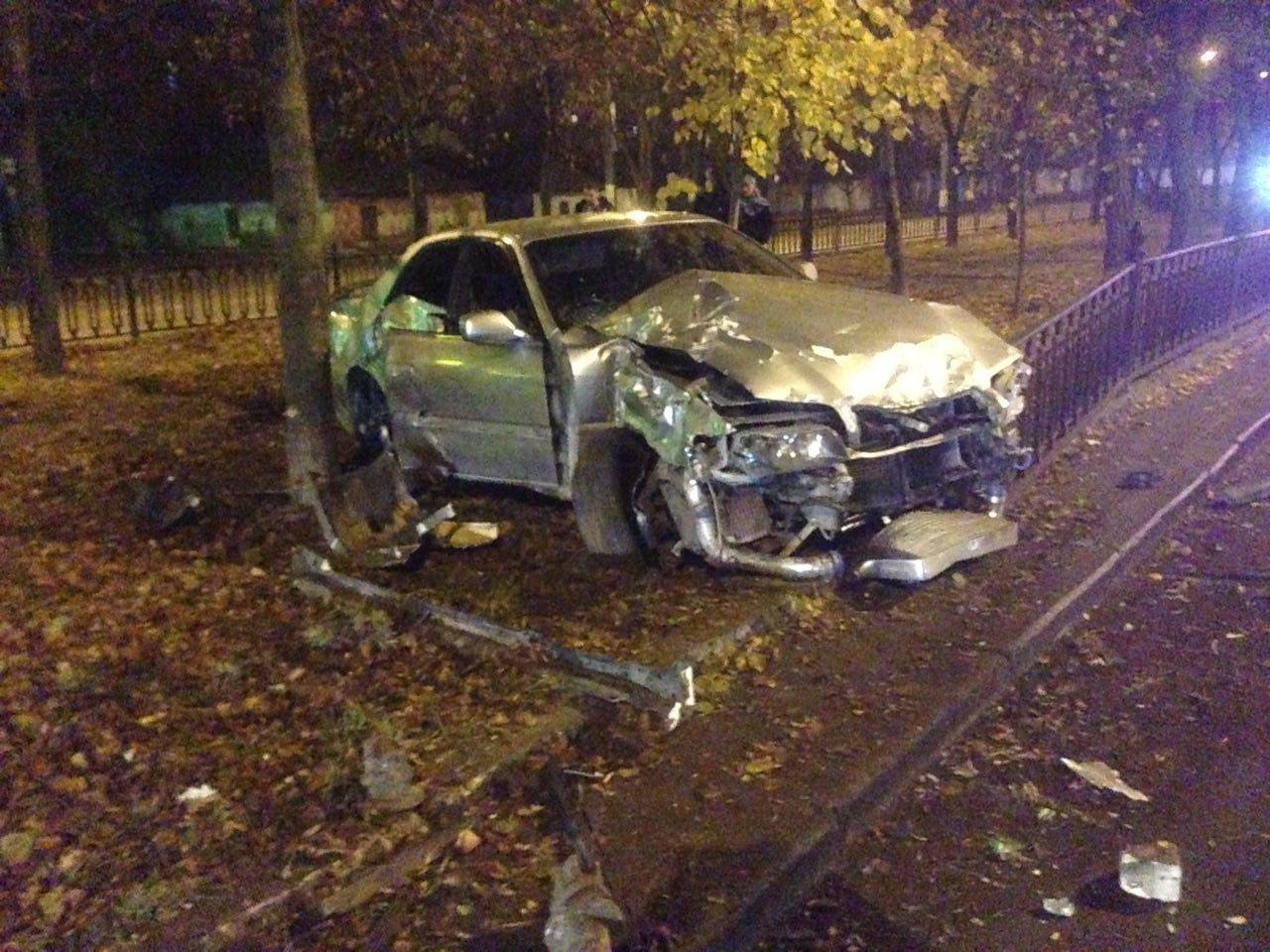 Ночью на проспекте Центральном автомобиль Toyota вылетел на аллею, - ФОТО, фото-3