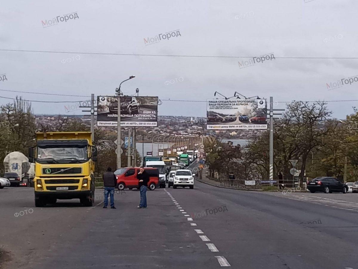 В Николаеве сотрудники судостроительного завода перекрыли Варваровский мост, ФОТО, фото-1