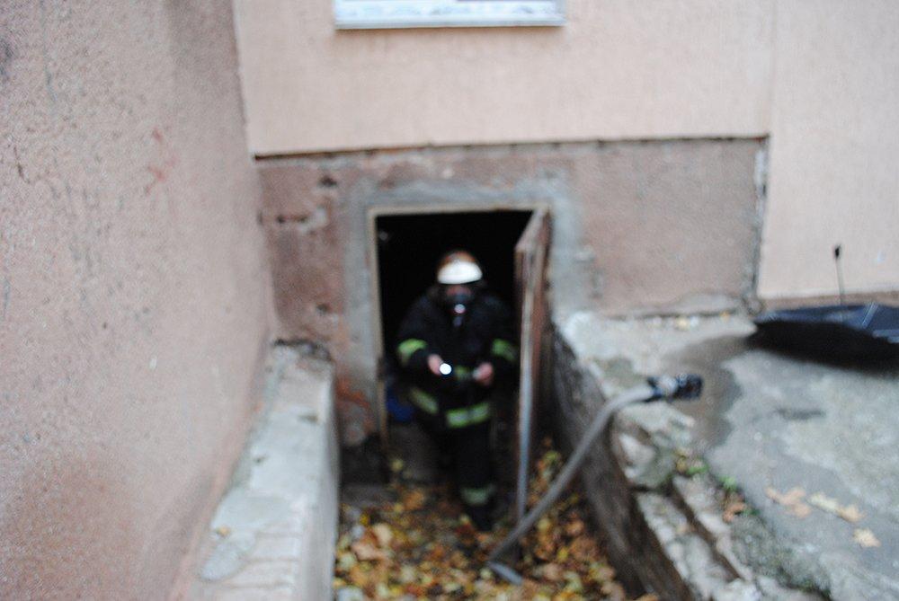 Двое мужчин устроили пожар в подвале многоэтажки в Николаеве - их спасли пожарные, - ФОТО, фото-2