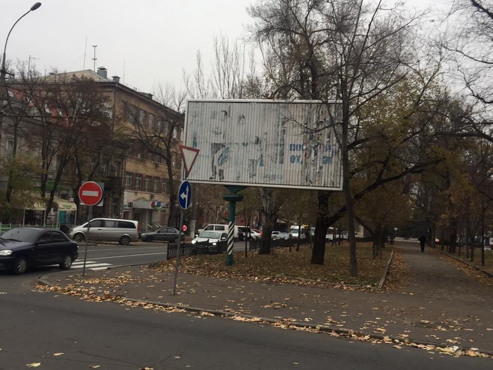 В центре Николаева фирма депутата установила рекламные борды: исполком в экстренном порядке поручил их демонтировать,- ФОТО, фото-1