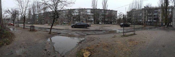 В Николаеве жители дома срубили молодые деревья, чтобы удобно было парковать машины, ФОТО, фото-1