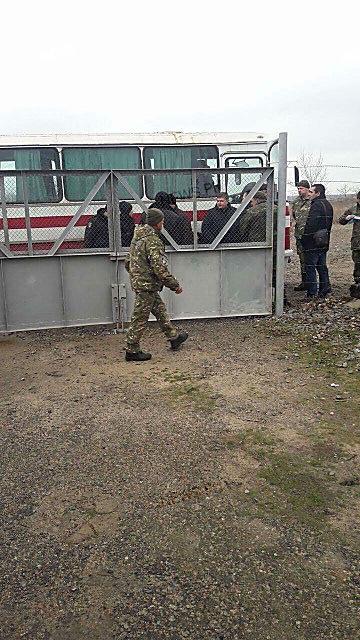 «Теплая встреча», – вернувшихся из зоны АТО бойцов «Святого Николаева» обыскивают оперативники ВБ и кинологи с собаками, ФОТО, фото-6