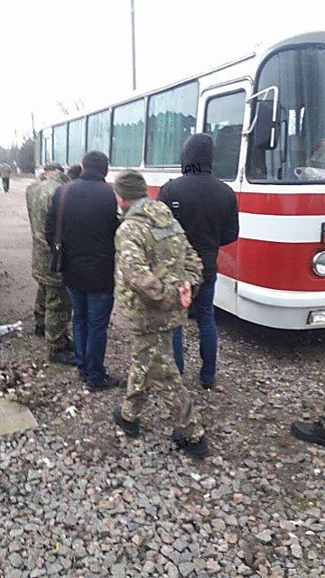 «Теплая встреча», – вернувшихся из зоны АТО бойцов «Святого Николаева» обыскивают оперативники ВБ и кинологи с собаками, ФОТО, фото-1