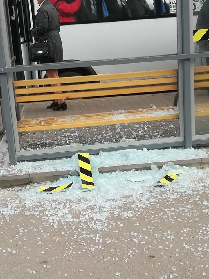 В Николаеве вандалы разбили стеклянную остановку, - ФОТО, фото-1