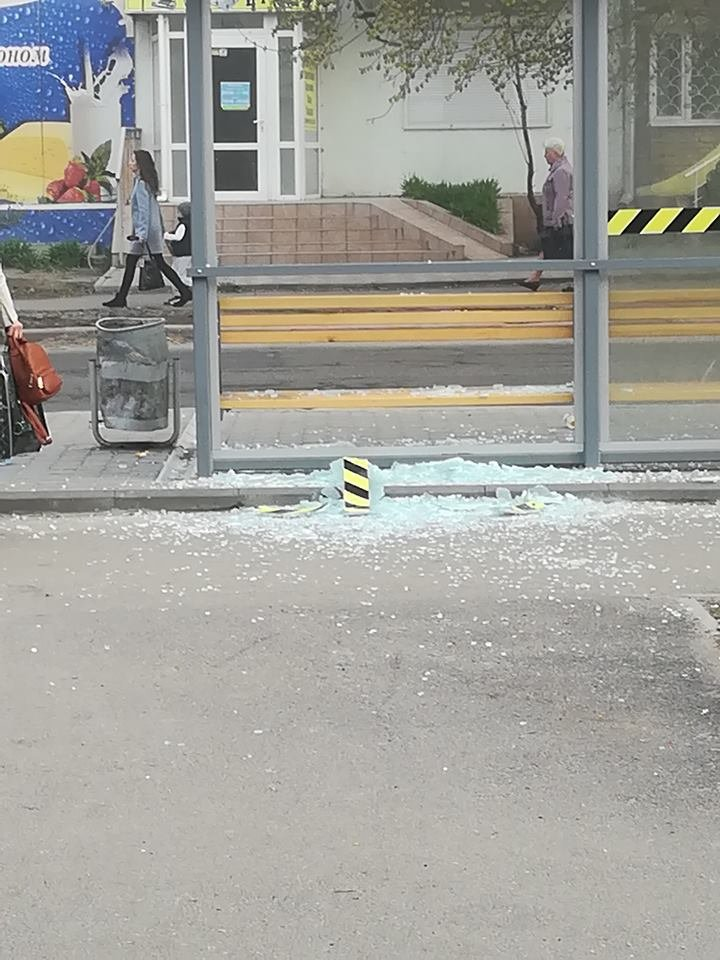 В Николаеве вандалы разбили стеклянную остановку, - ФОТО, фото-3