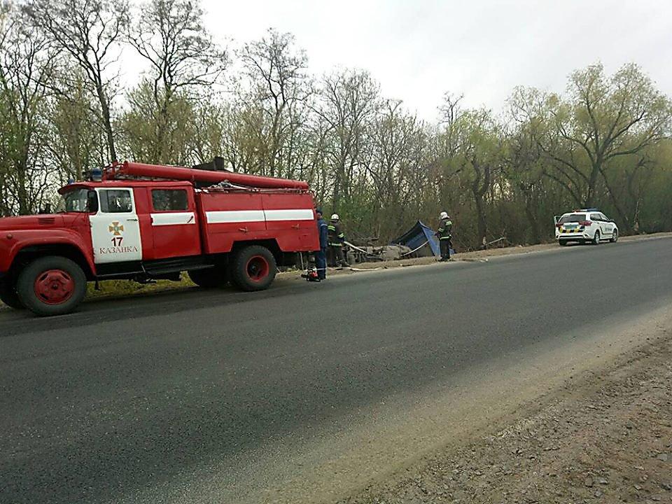 На Николаевщине  грузовик с подсолнечным маслом съехал в кювет и перевернулся, - ФОТО, фото-1
