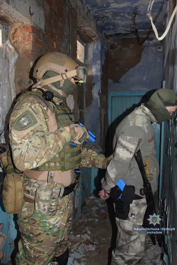В Николаеве КОРД штурмом брал заброшенную туристическую базу, чтобы освободить заложника-инкассатора от вооруженных преступников, - ФОТО, В..., фото-6
