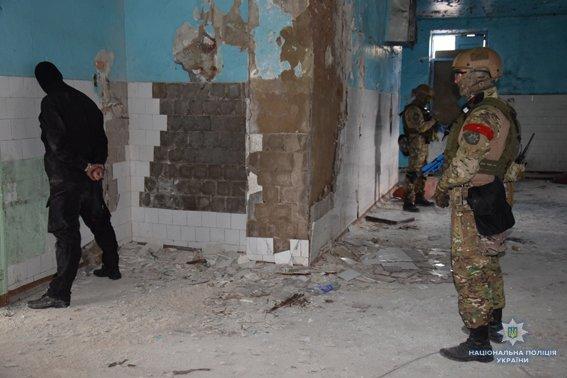 В Николаеве КОРД штурмом брал заброшенную туристическую базу, чтобы освободить заложника-инкассатора от вооруженных преступников, - ФОТО, В..., фото-7