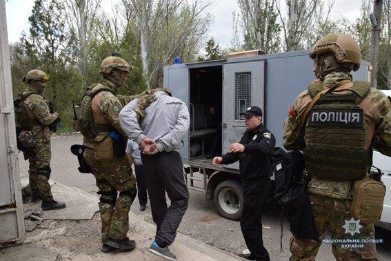 В Николаеве КОРД штурмом брал заброшенную туристическую базу, чтобы освободить заложника-инкассатора от вооруженных преступников, - ФОТО,..., фото-13