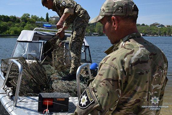 Николаевские полицейские вновь изъяли почти 200 браконьерских орудий для ловли раков, - ФОТО, фото-1