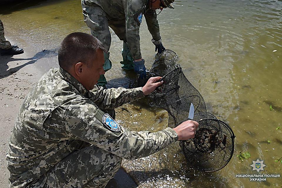 На Николаевщине водный патруль изъял 83 браконьерских орудий для ловли раков и рыбацкие сетки, - ФОТО, фото-8