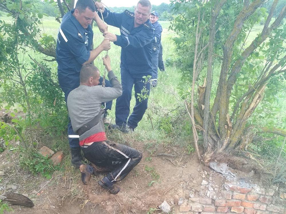 На Николаевщине спасатели достали мужчину с 6-ти метрового колодца, - ФОТО, фото-2