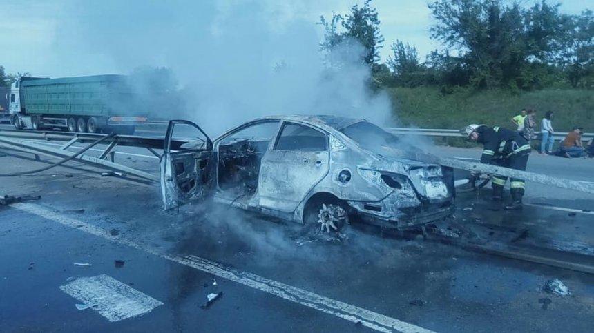 На Николаевщине очевидец ДТП вытащил двух человек из горящего автомобиля, - ВИДЕО , фото-1