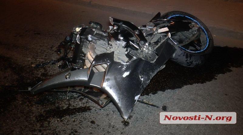 Ночью в Николаеве мотоциклист скрываясь от полиции врезался в столб, - ФОТО, фото-1