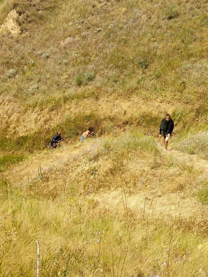 На Николаевщине две девушки оказались в плену стихии на скалистом побережье, фото-3