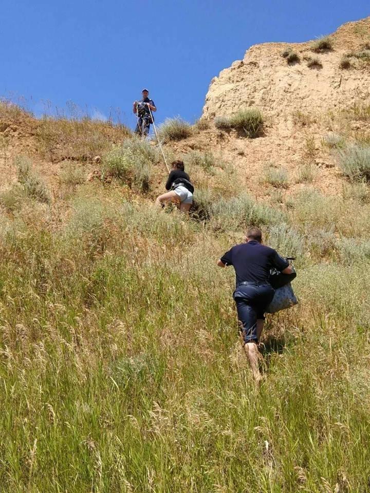 На Николаевщине две девушки оказались в плену стихии на скалистом побережье, фото-4