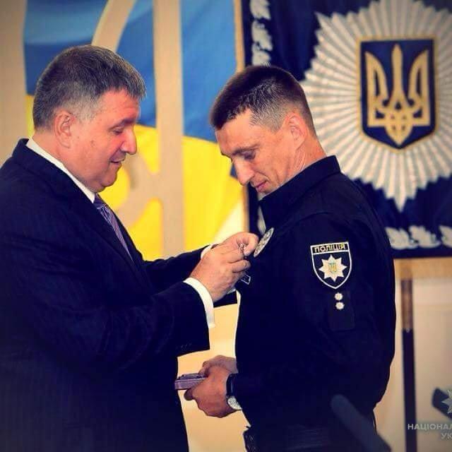 Арсен Аваков наградил медалью николаевского полицейского, который спас ребенка выбрашенного с Ингульского моста, фото-1