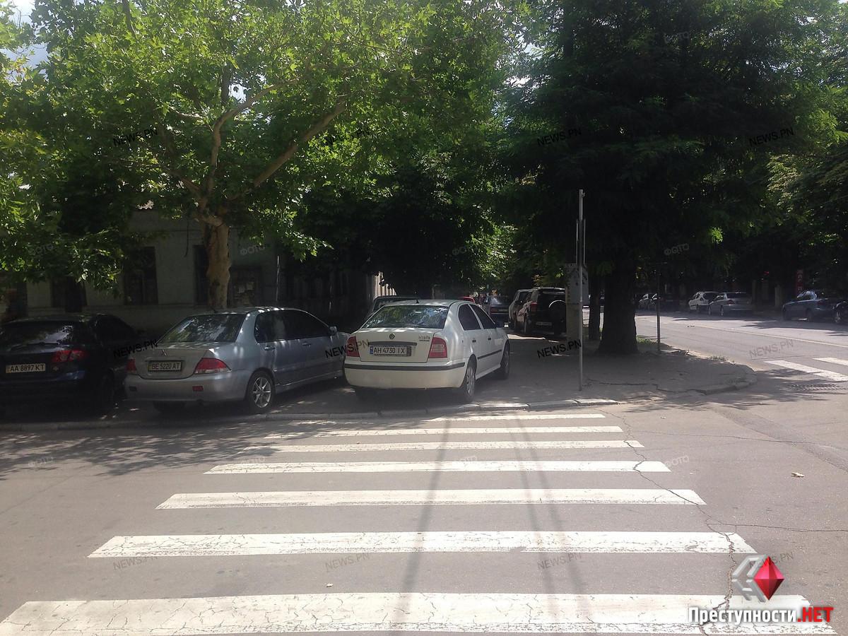 Возле здания полиции на тротуарах паркуют автомобили, фото-1