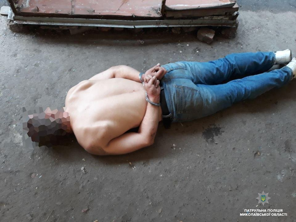 В Николаеве мужчина приставал к прохожим с ножом, а позже сымитировал приступ, чтоб его не забрала полиция, - ФОТО, фото-1