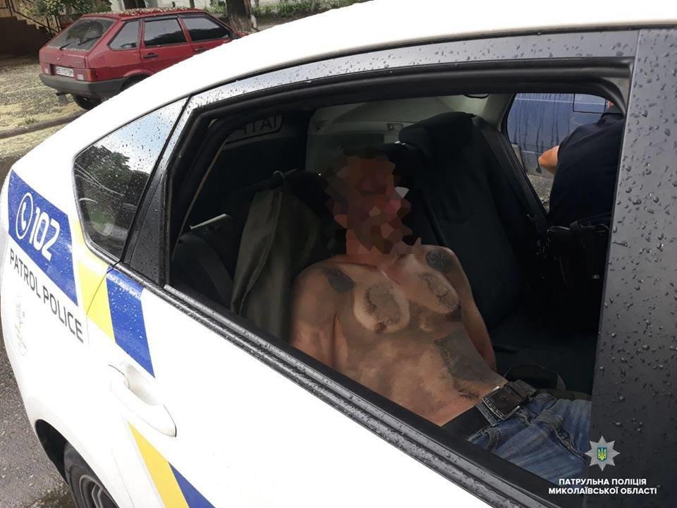 В Николаеве мужчина приставал к прохожим с ножом, а позже сымитировал приступ, чтоб его не забрала полиция, - ФОТО, фото-2