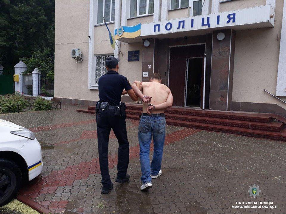 В Николаеве мужчина приставал к прохожим с ножом, а позже сымитировал приступ, чтоб его не забрала полиция, - ФОТО, фото-4