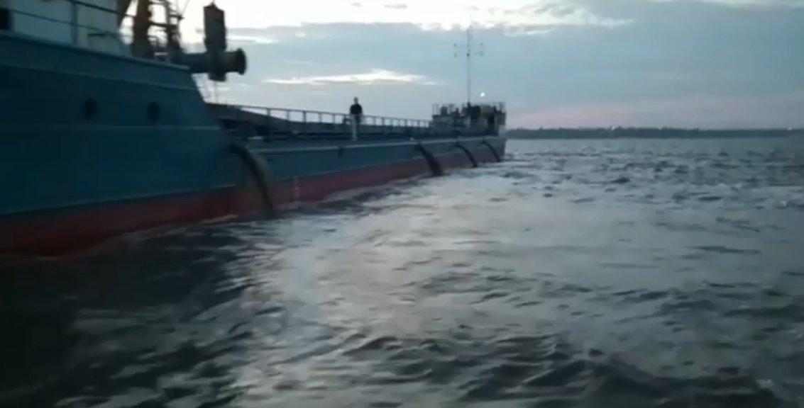 Очаковцы бьют тревогу из-за судов, сбрасывающих неизвестные вещества в море, ФОТО, ВИДЕО, фото-1