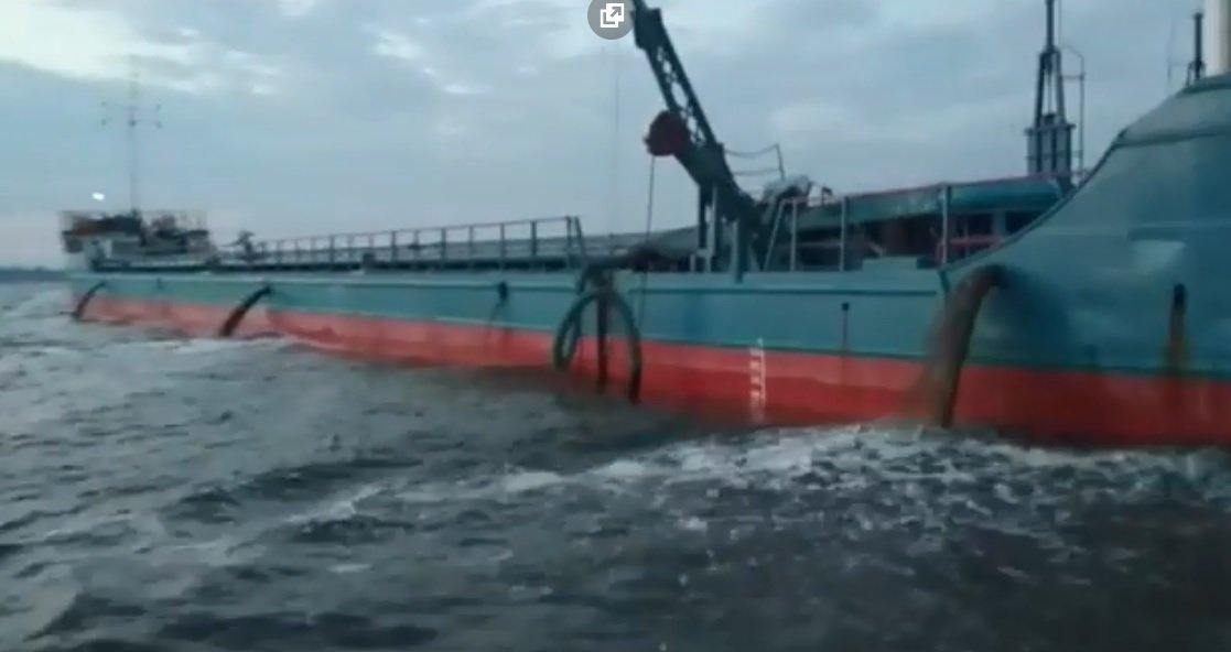 Очаковцы бьют тревогу из-за судов, сбрасывающих неизвестные вещества в море, ФОТО, ВИДЕО, фото-2