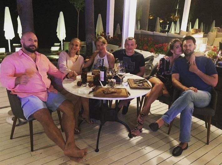 Лев Парцхаладзе (слева), Давид Макарьян (справа) с Еленой Кошелевой в Турции / фото instagram.com