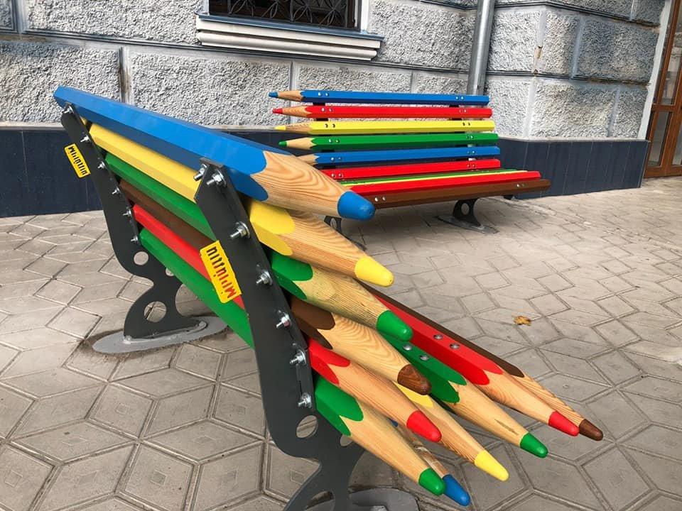В центре Николаева установили оригинальные лавочки-карандаши, - ФОТО, фото-1
