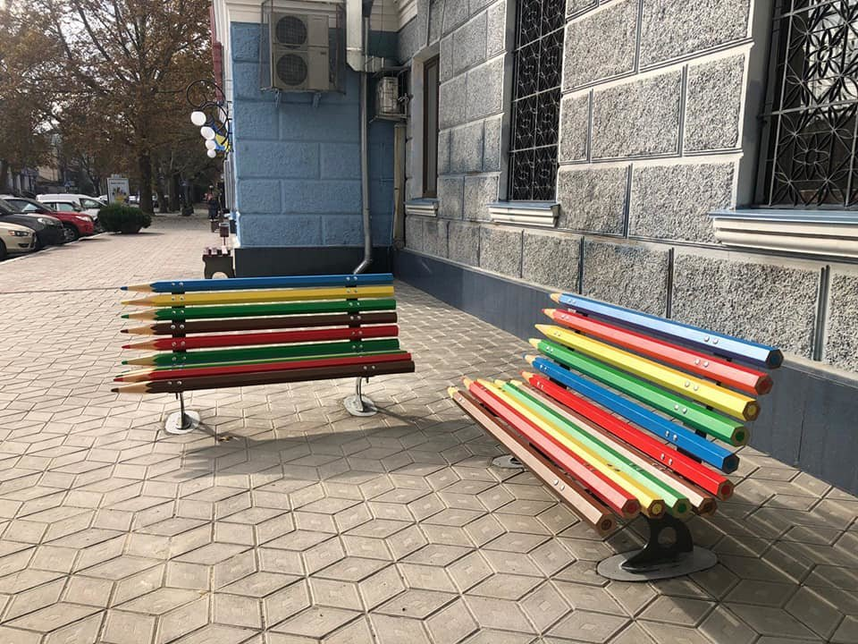 В центре Николаева установили оригинальные лавочки-карандаши, - ФОТО, фото-3