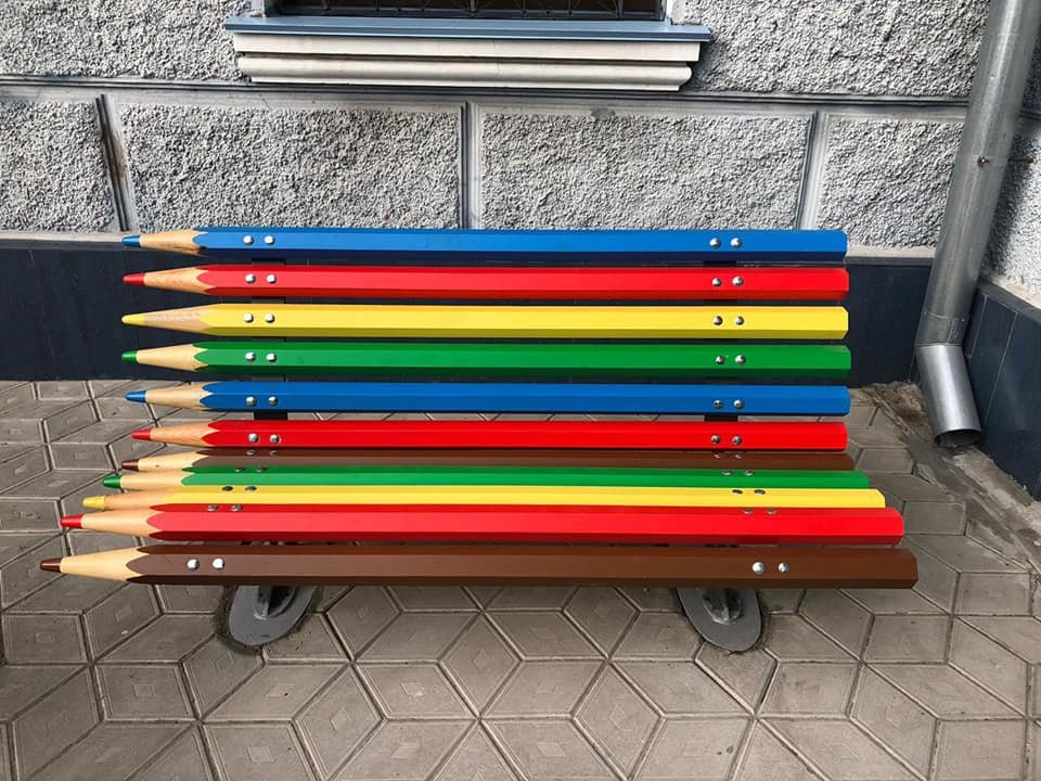 В центре Николаева установили оригинальные лавочки-карандаши, - ФОТО, фото-4