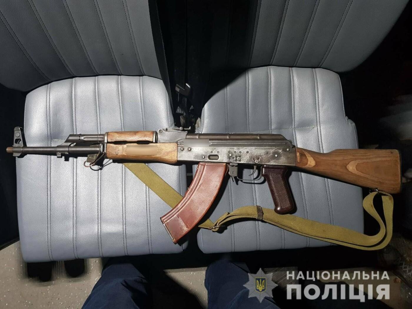 Два юноши разгуливали по Николаеву с оружием в руках, - ФОТО, фото-1