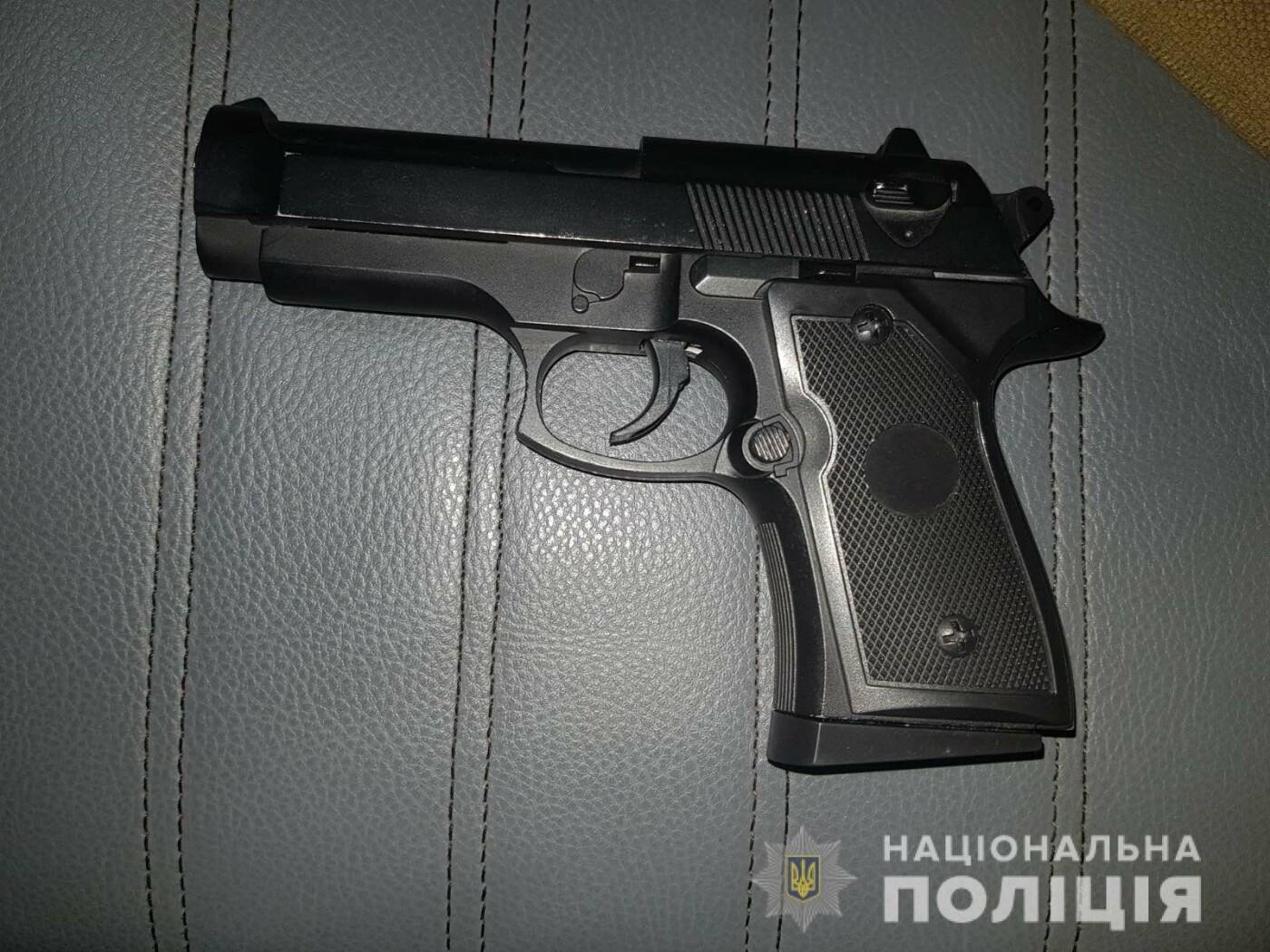 Два юноши разгуливали по Николаеву с оружием в руках, - ФОТО, фото-2