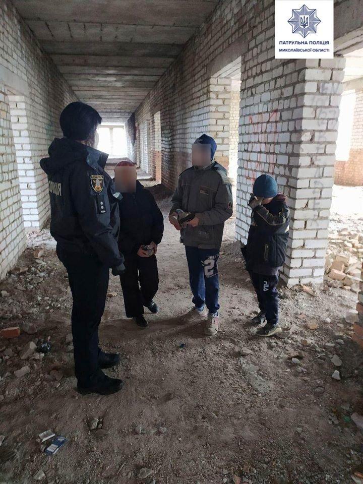 """Николаевские патрульные ловят детей, гуляющих по """"заброшкам"""", фото-1"""