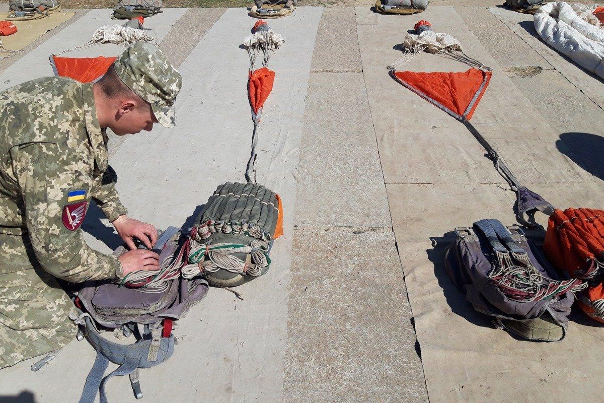 Во время карантина николаевские десантники отрабатывают прыжки с парашютом, - ФОТО, фото-1