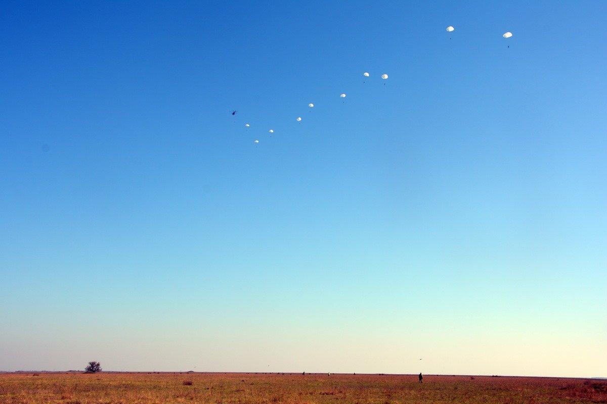 Во время карантина николаевские десантники отрабатывают прыжки с парашютом, - ФОТО, фото-3
