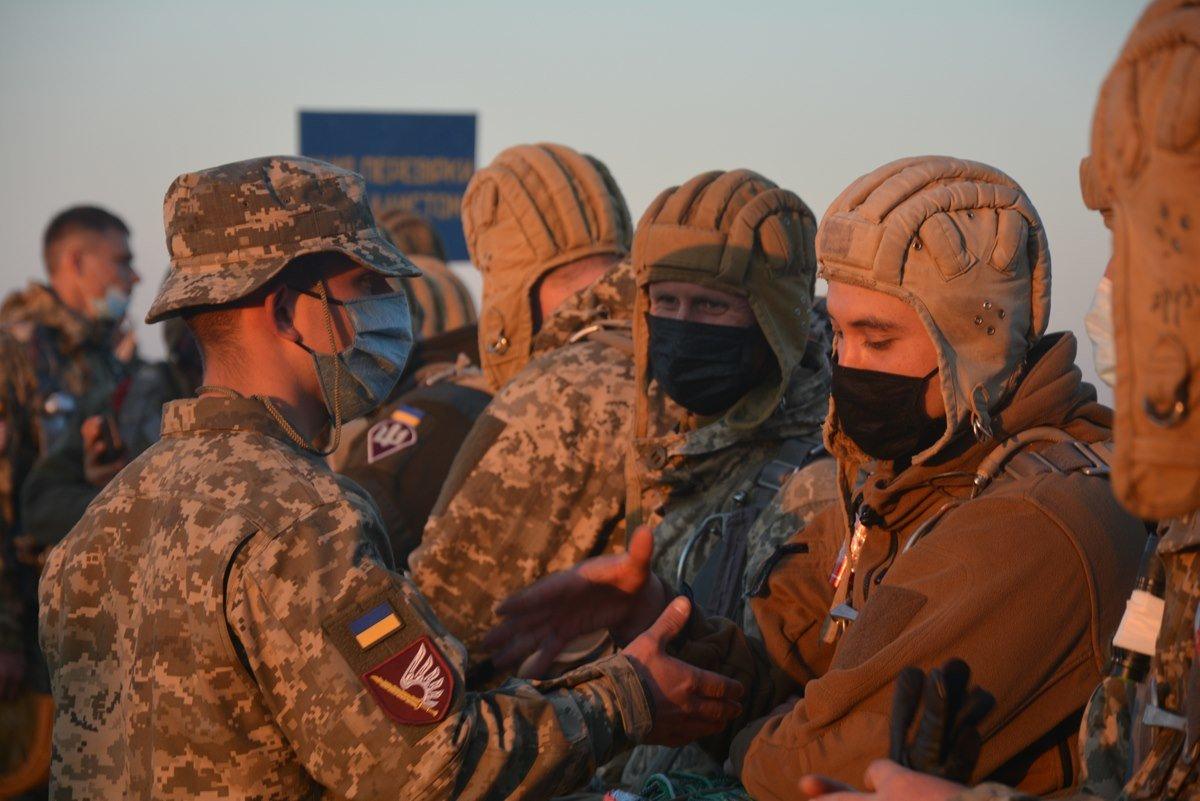 Во время карантина николаевские десантники отрабатывают прыжки с парашютом, - ФОТО, фото-5