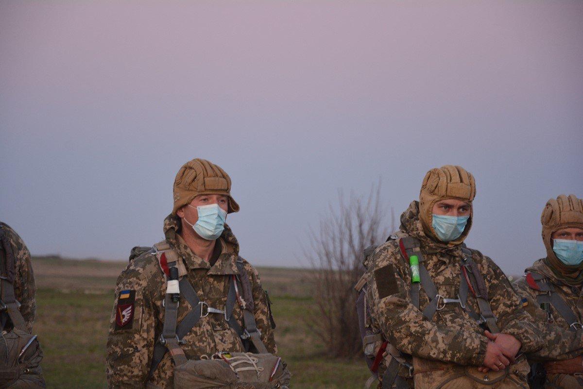 Во время карантина николаевские десантники отрабатывают прыжки с парашютом, - ФОТО, фото-14