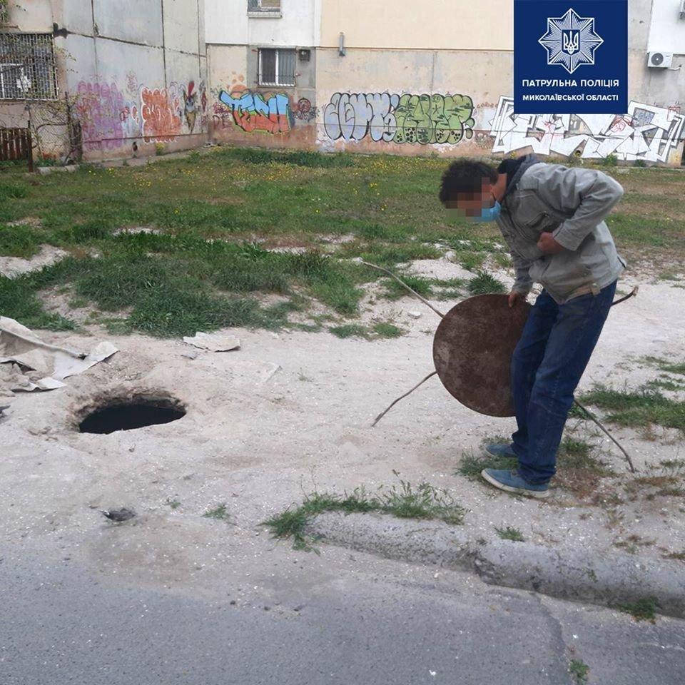 Нуждался в деньгах: в Николаеве мужчина украл люк, - ФОТО, фото-1