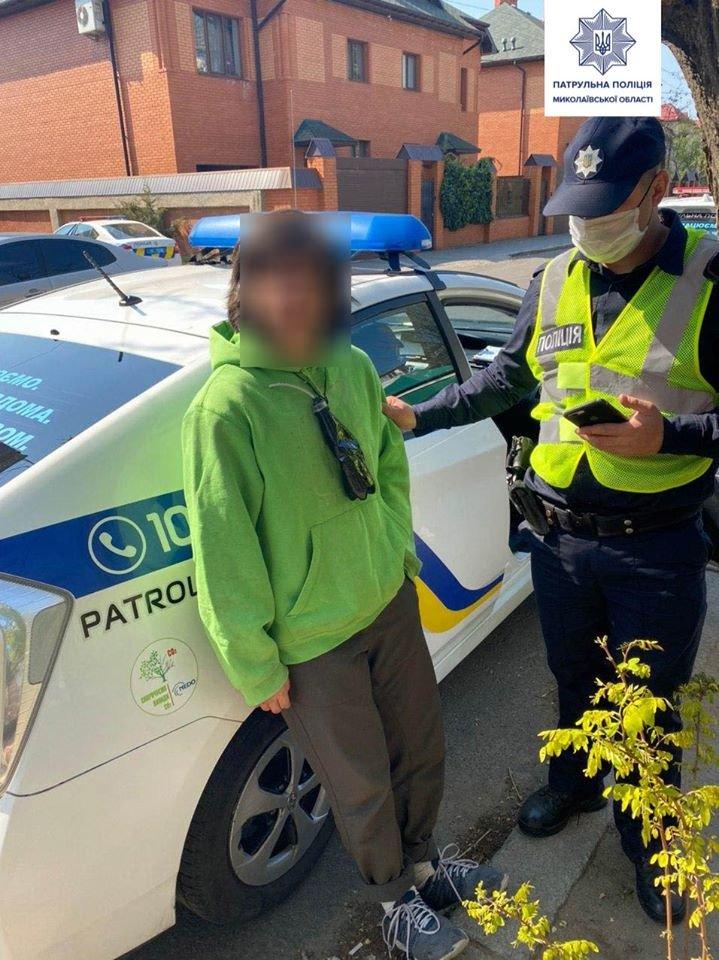 В Николаеве задержали парня, который прыгал на авто патрульной полиции, - ФОТО, фото-1