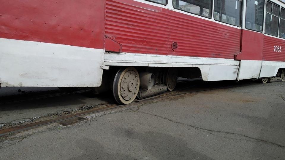 В центре Николаева трамвай сошел с рельс из-за неисправной стрелки, - ФОТО, фото-1