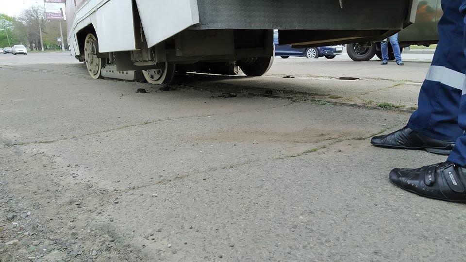 В центре Николаева трамвай сошел с рельс из-за неисправной стрелки, - ФОТО, фото-2
