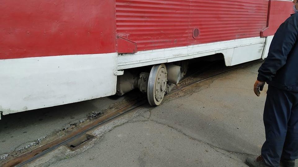 В центре Николаева трамвай сошел с рельс из-за неисправной стрелки, - ФОТО, фото-3