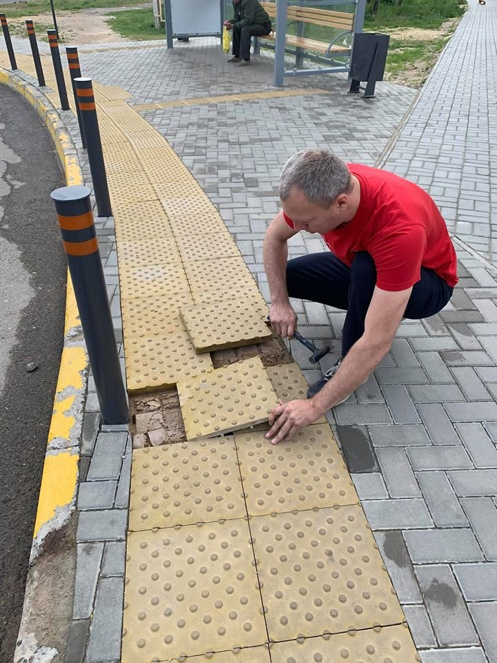 В Николаеве небезразличный водитель троллейбуса починил плитку на одной из остановок, - ФОТО, фото-1