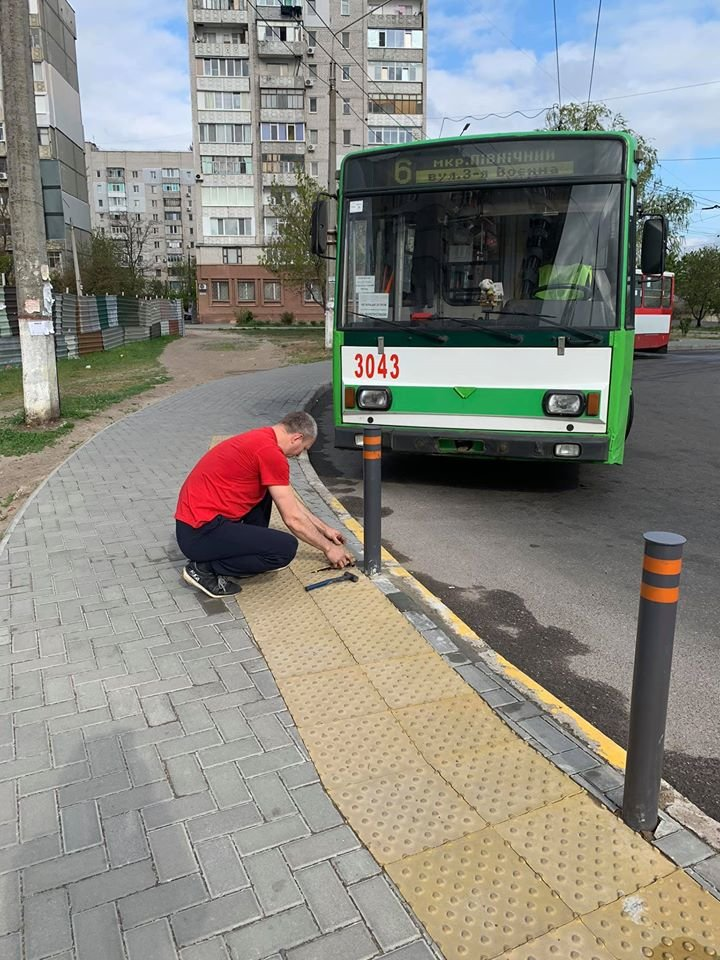 В Николаеве небезразличный водитель троллейбуса починил плитку на одной из остановок, - ФОТО, фото-2