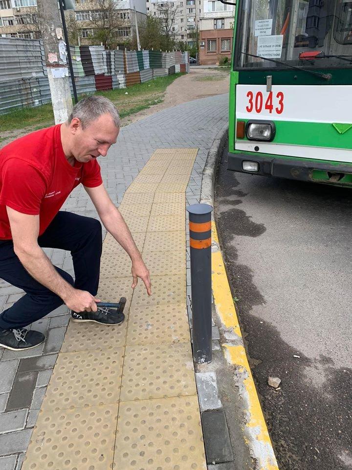 В Николаеве небезразличный водитель троллейбуса починил плитку на одной из остановок, - ФОТО, фото-3