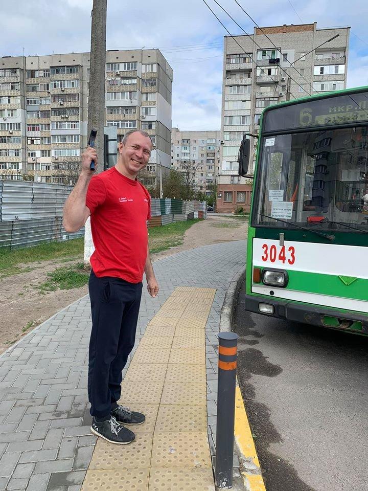 В Николаеве небезразличный водитель троллейбуса починил плитку на одной из остановок, - ФОТО, фото-4