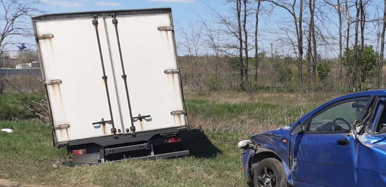 На въезде в Николаев грузовик влетел в припаркованную легковушку, - ФОТО, фото-3