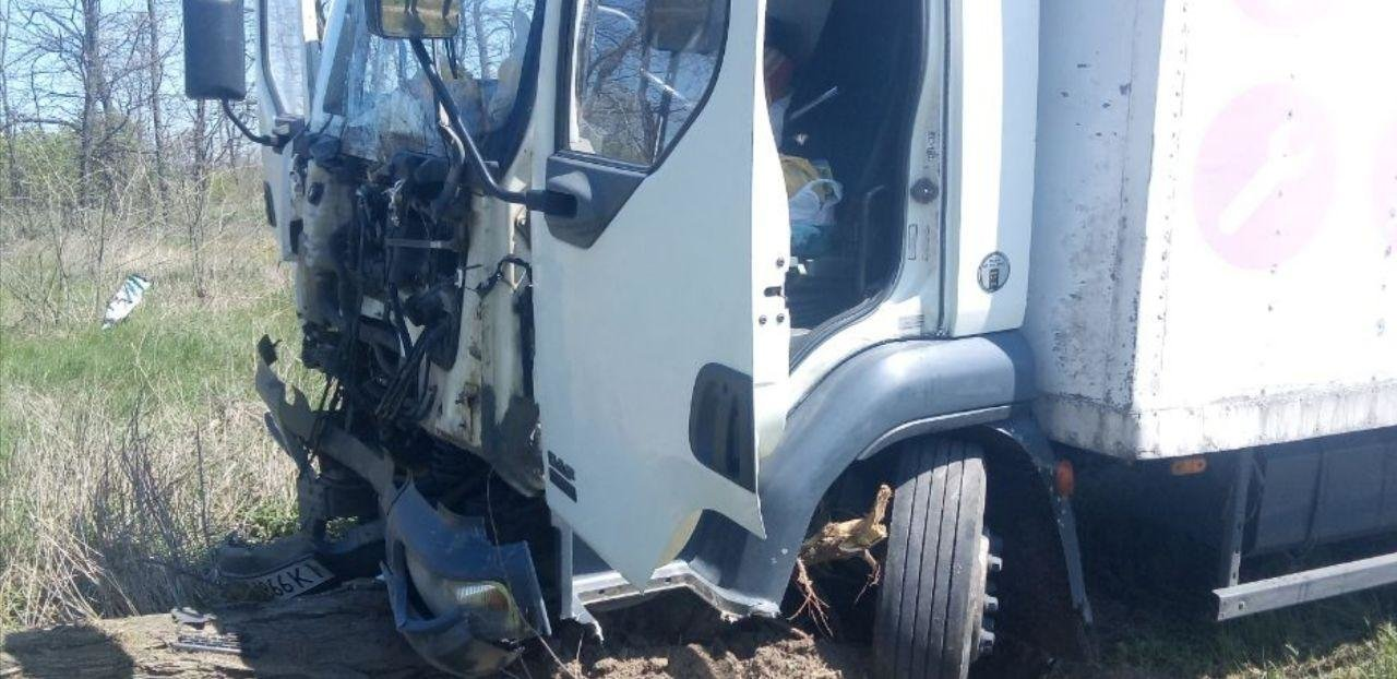 На въезде в Николаев грузовик влетел в припаркованную легковушку, - ФОТО, фото-4